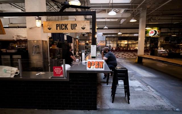 California ordena cierre de cines e interior de restaurantes por el 4 de Julio - Foto de EFE