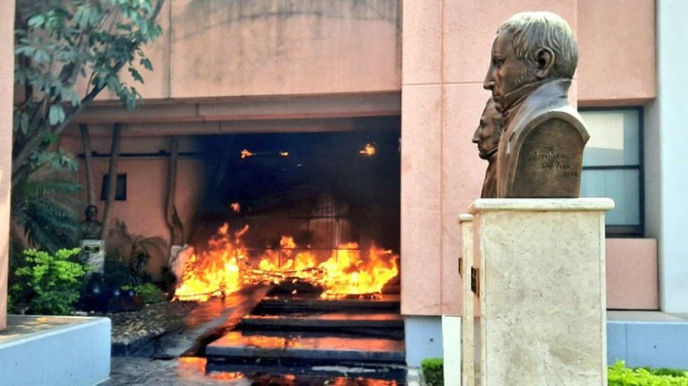 Presuntos normalistas de Ayotzinapa atacan Congreso de Guerrero - Foto de @amarilloalarcon