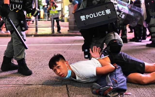 Detienen a 370 personas en Hong Kong en primera manifestación bajo ley de seguridad - Varios policías detienen a un manifestante durante una protesta contra la nueva ley de seguridad nacional en Hong Kong. Foto de EFE