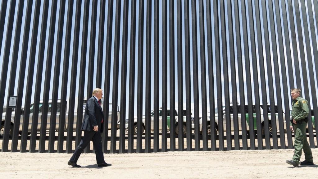 """Trump propone imponer """"peaje"""" en cruces fronterizo para que México pague el muro - Donald Trump Estados Unidos presidente Muro Arizona 23062020"""