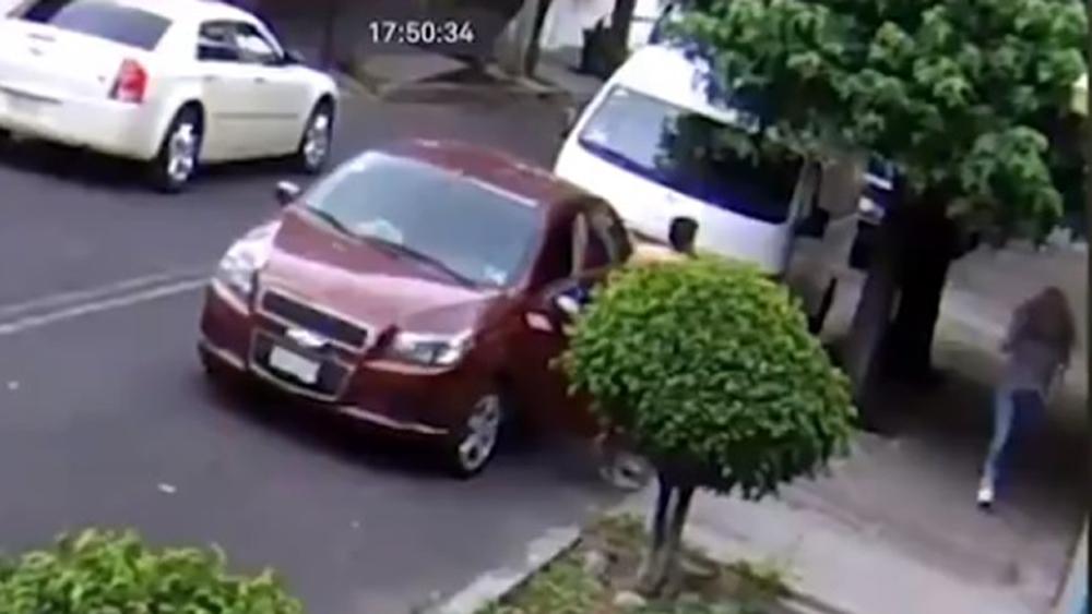 Imponen prisión preventiva al 'Acosador de Clavería' - El 'acosador de Clavería' descendía desnudo de autos para perseguir a mujeres. Captura de pantalla / Noticieros Televisa