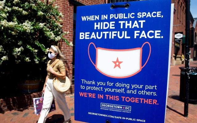 Aumentan en Estados Unidos pedidos semanales de subsidio por desempleo - Uso de cubrebocas en Georgetown DC. Foto de EFE/Michael Reynolds