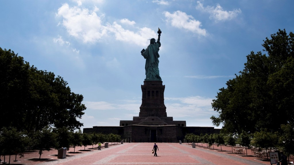 Reabre la isla de la Estatua de la Libertad, pero pocos van a visitarla - Estatua de la Libertad reabre Nueva York