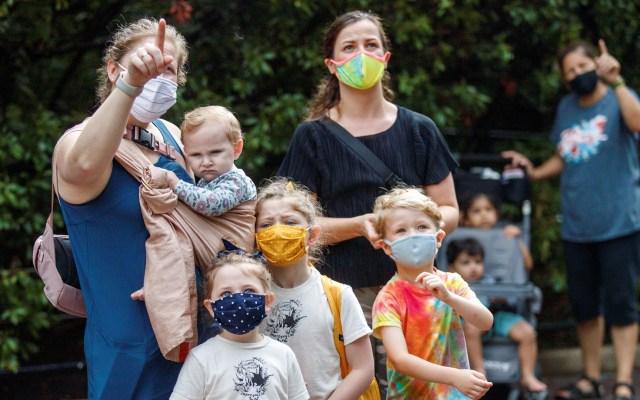 OMS registra máximo histórico de casos nuevos de COVID-19 - Familia visita zoológico en Washington, EE.UU. Foto de EFE