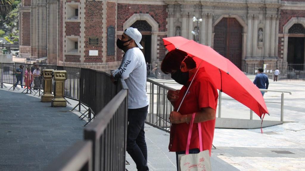 El 20 de julio, fecha probable para reabrir iglesias en Ciudad de México - Fieles en inmediaciones de la Basílica de Guadalupe, cerrada por el COVID-19. Foto de INBG
