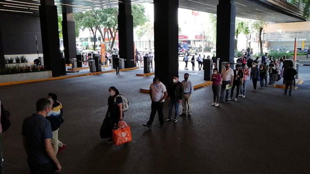 #Video Largas filas en centros comerciales de la CDMX en primer día de reapertura - Fila para ingresar a Parque Delta en la Ciudad de México. Foto de @inatent0