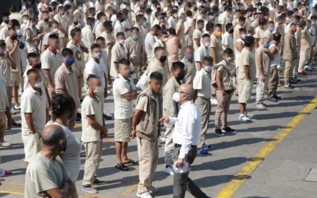 Suman 106 decesos por COVID-19 en cárceles de México - Formación de reos con cubrebocas en cárcel de la Ciudad de México. Foto de CNDH
