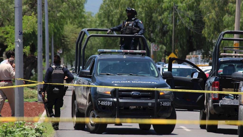 Claramente perceptible una línea de contención en homicidios dolosos, asegura Alfonso Durazo - Miembros de la Guardia Nacional y policía estatal vigilan la entrada de un Verificentro en Celaya, Guanajuato. Foto de EFE/ Str.