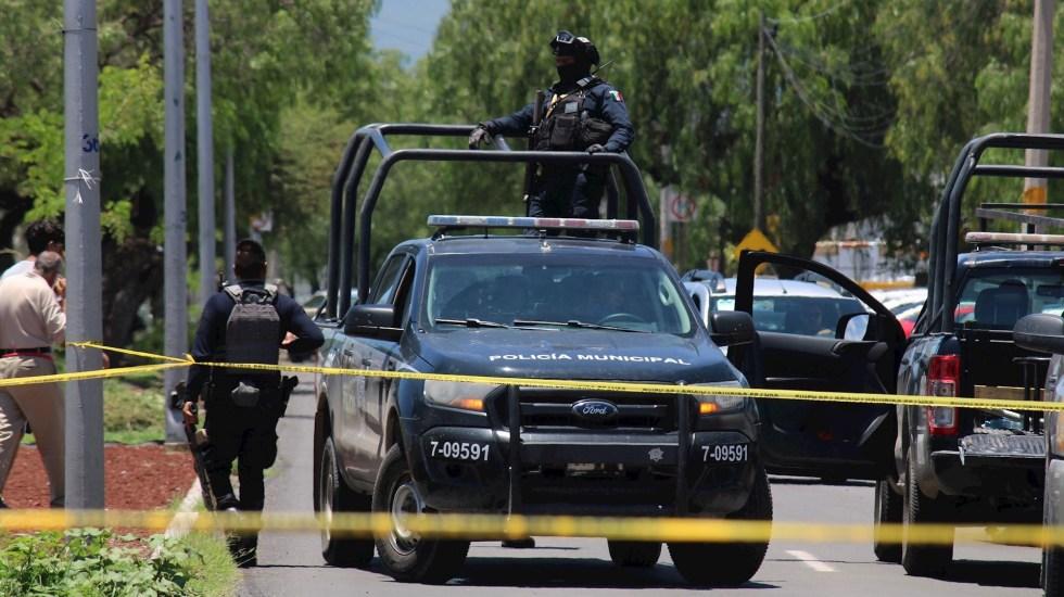 Destaca Alfonso Durazo un antes y un después en homicidios en Guanajuato tras captura de 'El Marro' - Miembros de la Guardia Nacional y policía estatal vigilan la entrada de un Verificentro en Celaya, Guanajuato. Foto de EFE/ Str.