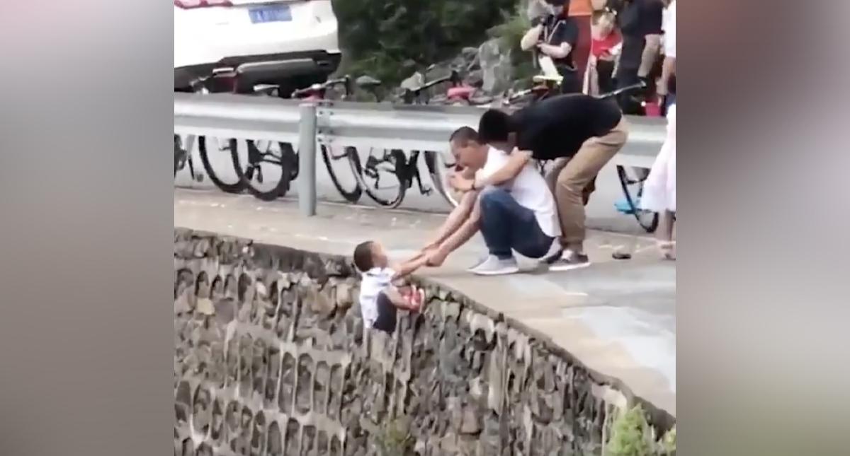 Colgaron a un nene de un precipicio para sacarle una