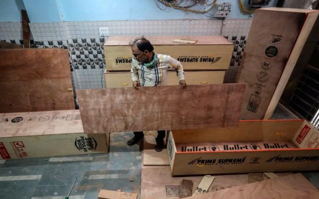 Reparten ataúdes gratis para víctimas de COVID-19 en India - Foto de EFE