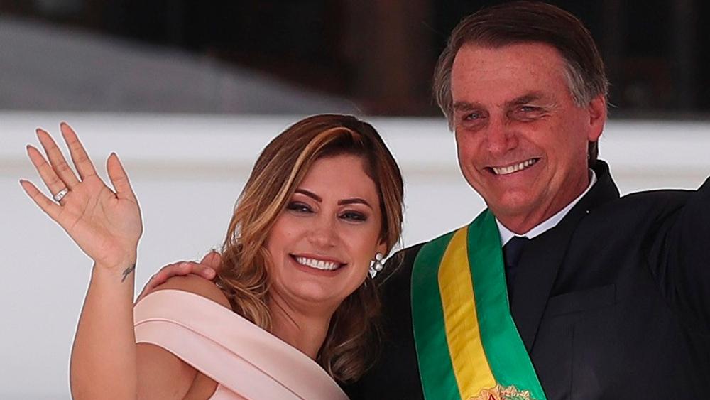 Vacunación de esposa de Bolsonaro en EE.UU. genera indignación en Brasil - Presidente Jair Bolsonaro junto a su esposa Michelle. Foto de EFE / Archivo