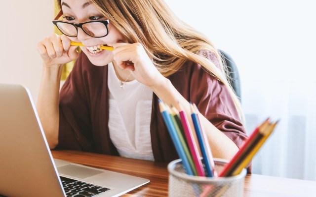 Estados Unidos suspende visas para migrantes que estudien en línea - Joven toma clases en línea. Foto de JESHOOTS.COM / Unsplash
