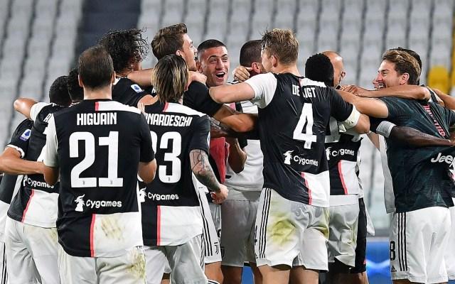 Juventus se proclama campeón de Italia por 36 vez, novena consecutiva - El equipo de la Juventus celebrando su victoria y el título. Foto de EFE/ EPA/ ALESSANDRO DI MARCO.