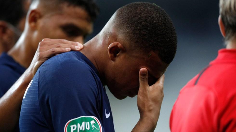 Mbappé sufre fuerte esguince de tobillo y es duda para la Champions - Foto de EFE