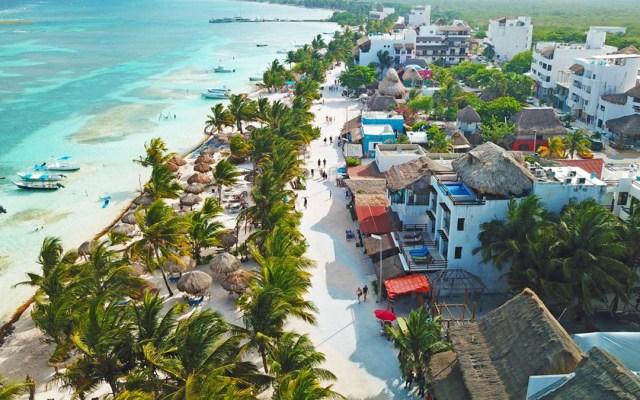 La mitad de Quintana Roo regresa al semáforo rojo por COVID-19 - Mahahual, a una hora de Bacalar, Quintana Roo. Foto de @CancunDotCom