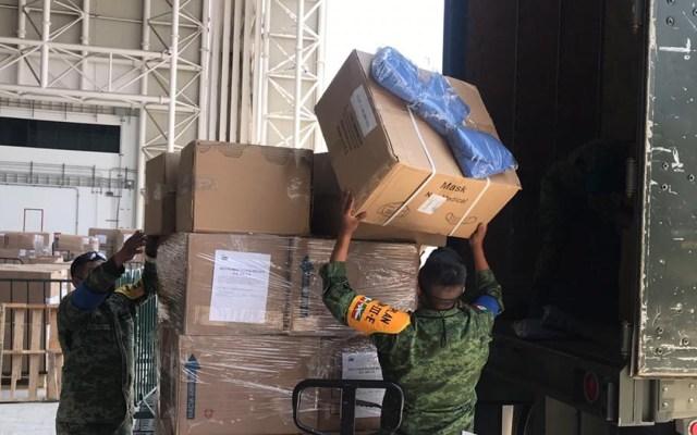 Fuerzas Armadas destinan 711 mdp para equipo contra COVID-19 - Miembros de la Sedena en apoyo de traslado de equipo de protección contra COVID-19. Foto de @SEDENAmxOficial
