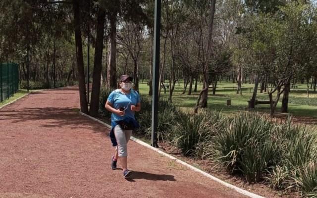 Reabren Bosque de Chapultepec para ejercitarse - Mujer corriendo en el Bosque de Chapultepec. Foto de Sedema