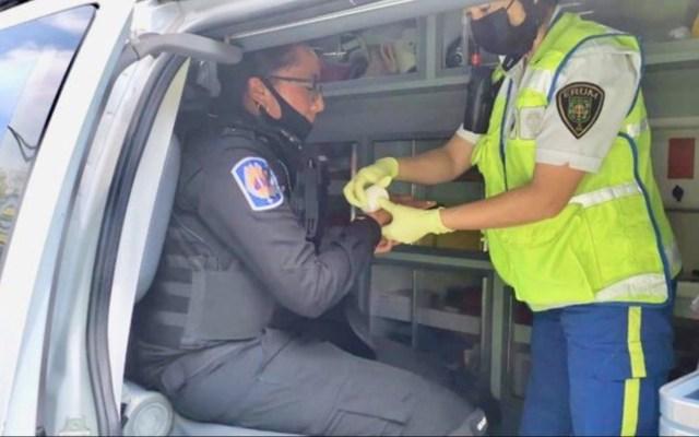 Mujer policía sufre fractura de mano por martillazo durante marcha feminista - Foto de Carlos Jiménez