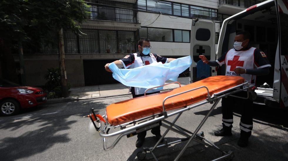 #Video México registró en las últimas 24 horas 4 mil 767 nuevos casos y 266 defunciones por COVID-19 - Los paramédicos de la Cruz Roja Mexicana Ernesto Sánchez (i) y Héctor Velázquez (d) laboran en el domicilio de un paciente de COVID-19. Foto de EFE