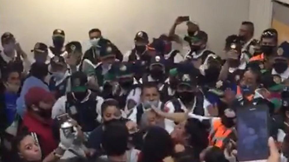 #Video Policías y comerciantes se enfrentan en Metro de la Ciudad de México - Pelea entre comerciantes y policías en Metro CDMX. Captura de pantalla