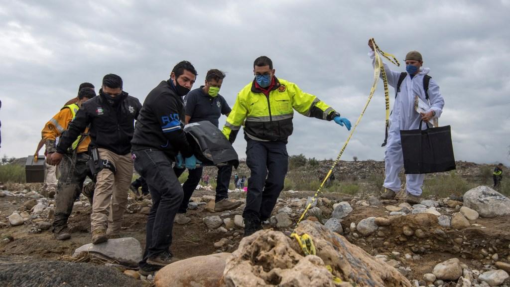 Aumenta a cuatro el número de muertos por paso de Hanna en México - Peritos recuperan el cuerpo de una víctima de Hanna en Coahuila. Foto de EFE