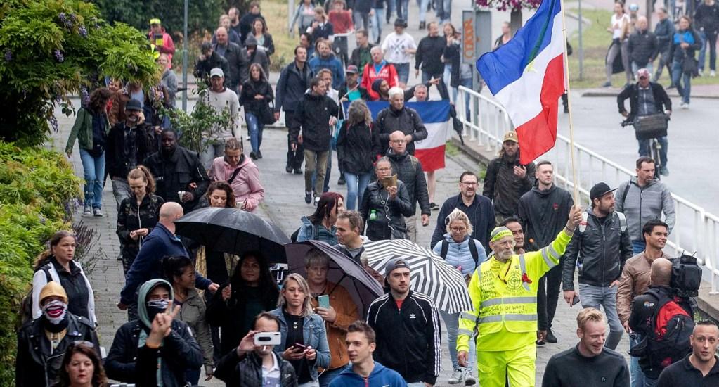 Países Bajos dejará de señalar sexo de ciudadanos en documento de identidad - Personas en Holanda durante manifestación