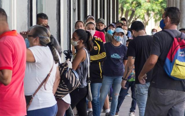 Maduro acusa 'invasión' de coronavirus desde Colombia - Personas hacen fila para entrar a local comercial en Maracaibo, Venezuela. Foto de EFE / Archivo