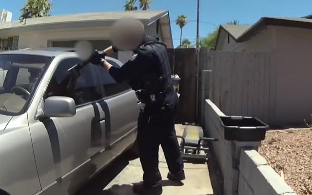 #Video Policía de Phoenix publica tiroteo contra joven hispano - Policías a punto de disparar contra Jay García. Captura de pantalla
