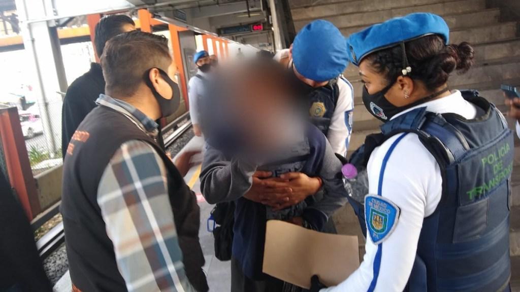 Policías salvan del suicidio a anciano en Metro de la Ciudad de México - Policías salvan del suicidio a adulto mayor en el Metro. Foto de @SSC_CDMX