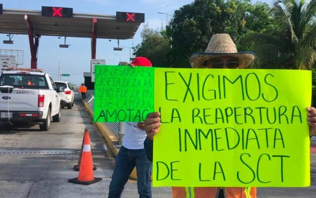 Transportistas bloquean carreteras de Veracruz; denuncian extorsiones de oficiales de tránsito - Protesta de transportistas en Veracruz