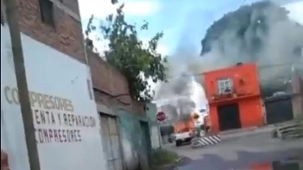 Ataque armado en Celaya deja un muerto y casas quemadas - Quema de camioneta en Celaya. Captura de pantalla