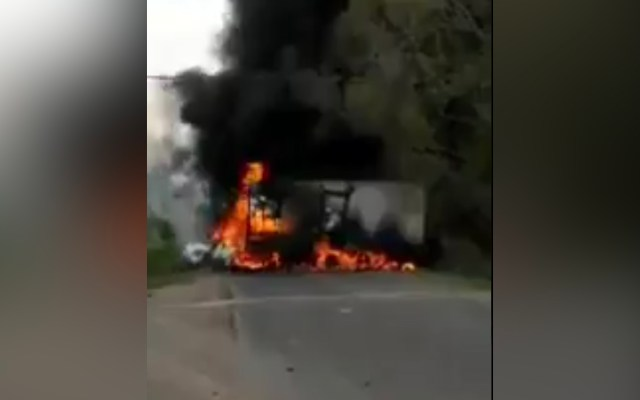 Hombres armados queman vehículos y bloquean tramos carreteros en Michoacán - Queman camión en Michoacán