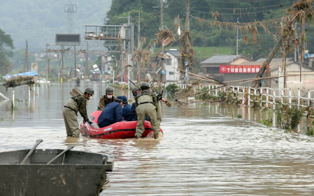 Lluvias torrenciales en Japón dejan más de 30 muertos - Rescate de personas de inundaciones en Kuma, prefectura japonesa de Kumamoto. Foto de EFE