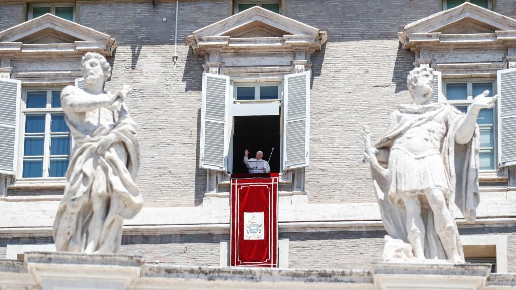 Papa Francisco pide que se implemente la tregua global solicitada por COVID-19 - Rezo del Ángelus del papa Francisco en la Plaza de San Pedro, en el Vaticano. Foto de EFE