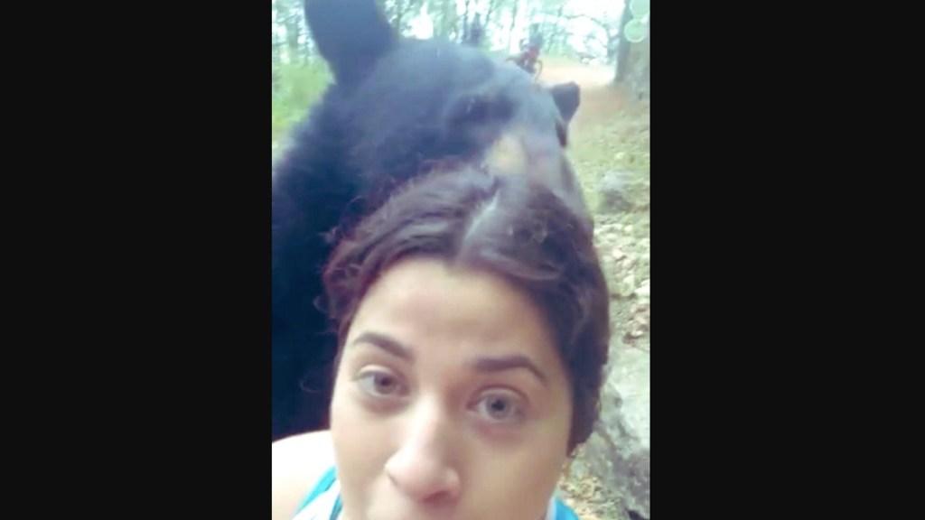 La selfie que tomó joven junto a oso en Parque Chipinque, Nuevo León - Foto de Twitter Débora Estrella