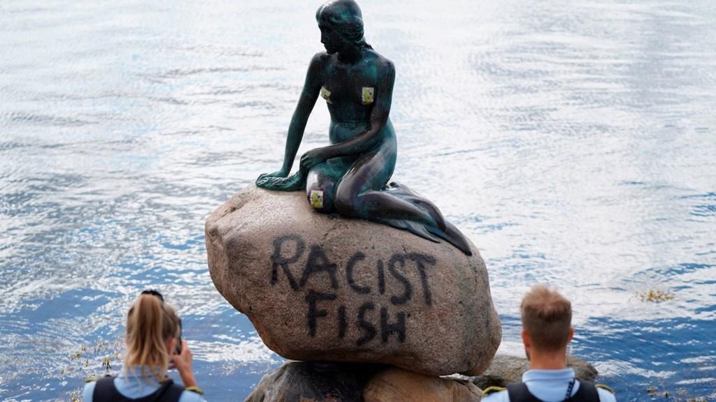"""Vandalizan Sirenita de Copenhague con la leyenda """"pez racista"""" - Foto de EFE"""