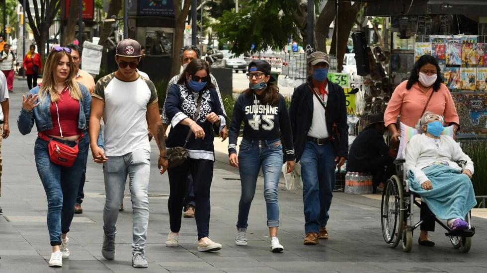 Gobierno Federal y gobernadores alcanzan acuerdo sobre Semáforo Epidemiológico e inicio de clases - Transeúntes en el Centro Histórico de la Ciudad de México. Foto de EFE