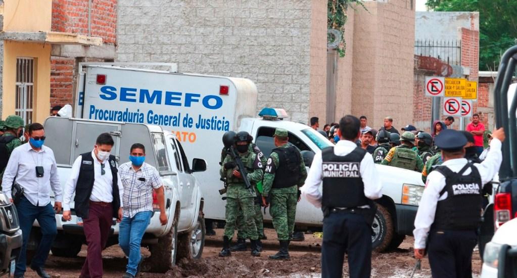 Aumenta a 28 el número de muertos en ataque a centro de rehabilitación de Irapuato - Unidad del Semefo de Guanajuato que trasladó cadáveres de las 24 personas asesinadas en anexo