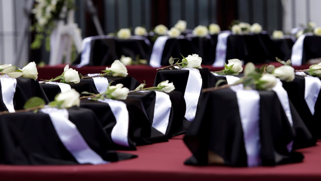 Repatrian cenizas de mexicanos muertos por COVID-19 en EE.UU. - Urnas con cenizas de mexicanos muertos en Los Ángeles por COVID-19. Foto de EFE / Archivo