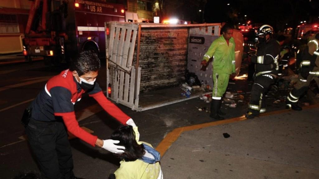 Volcadura de camioneta de Sobse en la colonia Doctores deja al menos seis trabajadores lesionados - Foto de Heroico Cuerpo de Bomberos