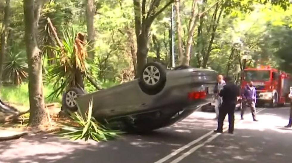 Vuelca auto en Bosques de las Lomas, Ciudad de México - Volcadura en Bosques de las Lomas. Captura de pantalla / Foro Tv