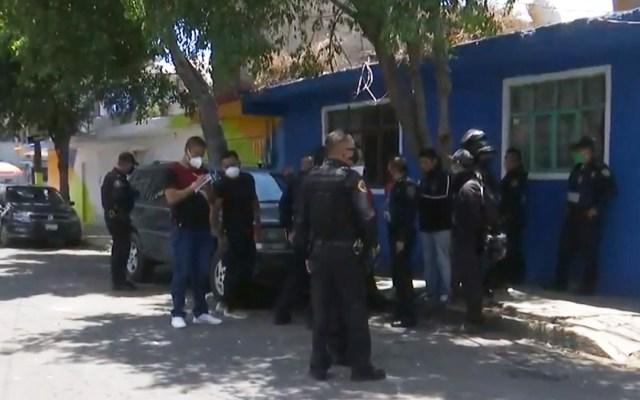 Balacera en Iztapalapa deja un muerto y dos detenidos - Agentes de la SSC-CDMX afuera de vivienda en Iztapalapa donde dos hombres fueron baleados. Captura de pantalla
