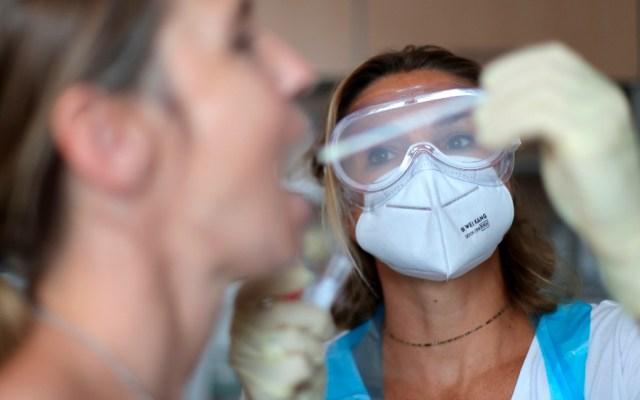 Test obligatorio en Alemania para quienes regresen de zonas de riesgo - Prueba de coronavirus en Alemania. Foto de EFE