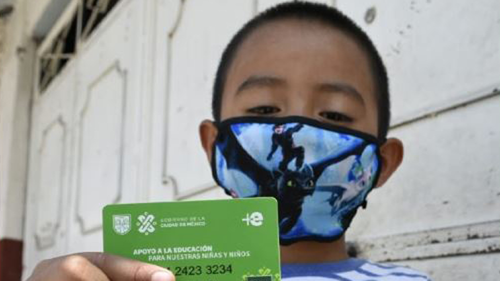 Ciudad de México apoyará a alumnos que migren de escuelas públicas a privadas - Alumno de la Ciudad de México con su tarjeta de apoyo de Mi Beca para Empezar. Foto de Fidegar