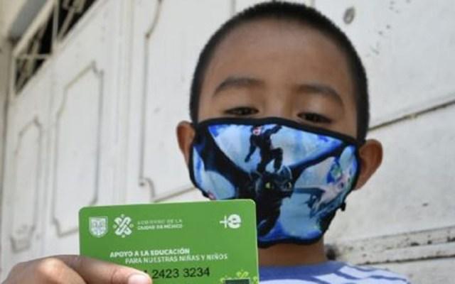 Ciudad de México garantiza apoyo a estudiantes con Mi Beca para Empezar - Alumno de la Ciudad de México con su tarjeta de apoyo de Mi Beca para Empezar. Foto de Fidegar
