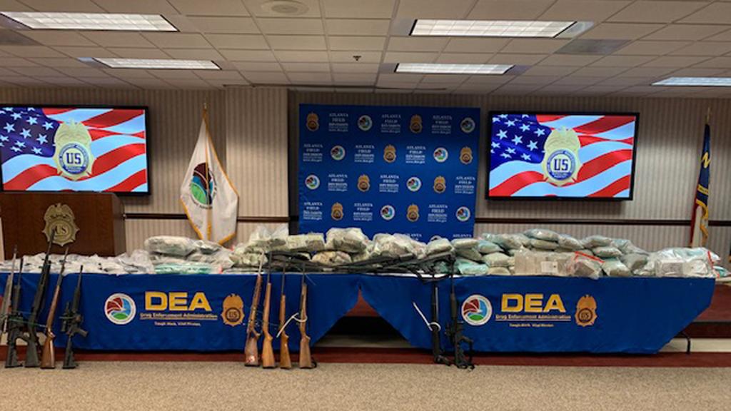 Identifica EE.UU. al CJNG como uno de los cárteles de más rápida expansión - Armas, droga y dólares incautados a presunto operador del CJNG. Foto de @DEAATLANTADiv
