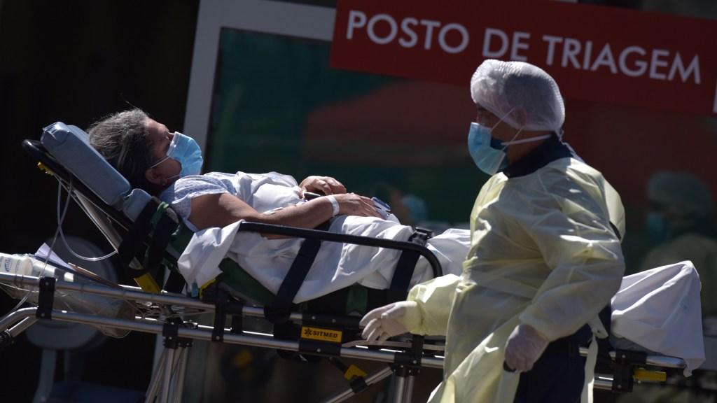 A seis meses del primer caso de COVID-19, Latinoamérica suma 264 mil muertos - Atención de mujer con COVID-19 en Brasil. Foto de EFE