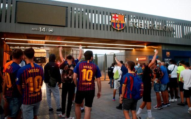 #Video Aficionados del Barcelona entran al Camp Nou para reclamar partida de Messi - Foto de EFE