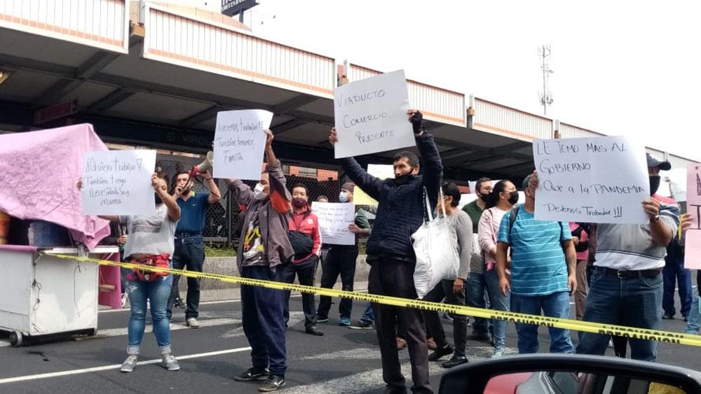 Se enfrentan comerciantes y personal de la alcaldía Iztacalco en Calzada de Tlalpan - Bloqueo de comerciantes sobre Calzada de Tlalpan. Foto de @NR_Mexico